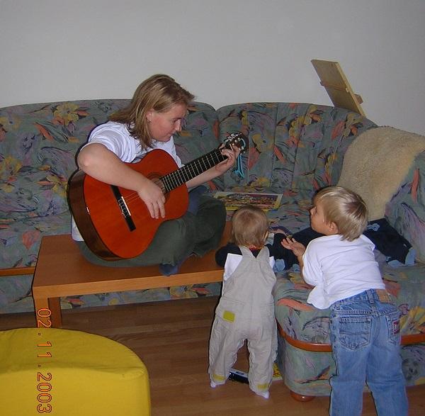 Mama mit Gitarre und zwei Kindern
