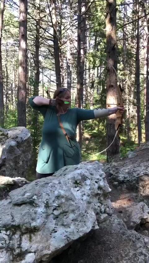 Daniela Scheurer im Wald beim Bogen Schießen