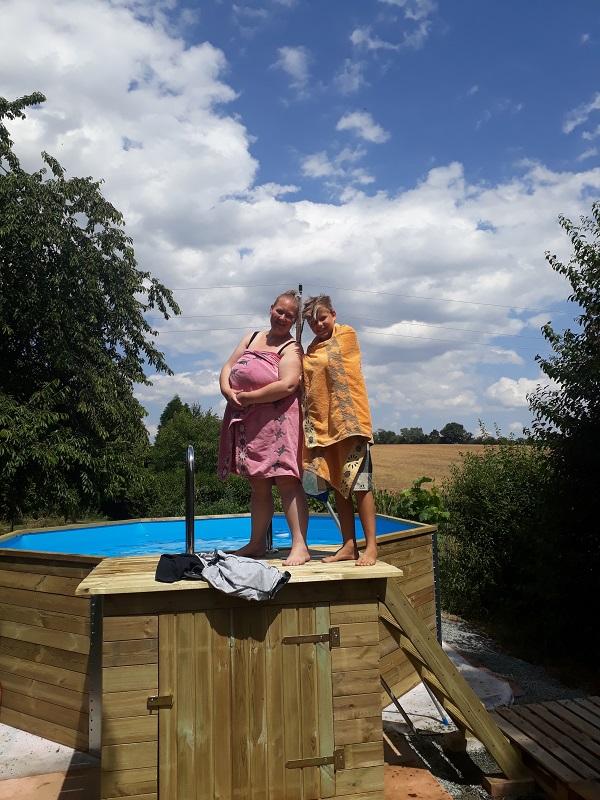 Daniela und Emil auf dem Podest vom Holzpool