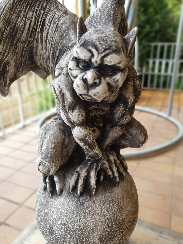 Gargoyle auf rundem Stein